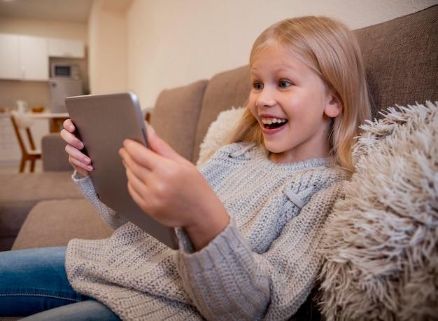 Vista frontal da menina com tablet