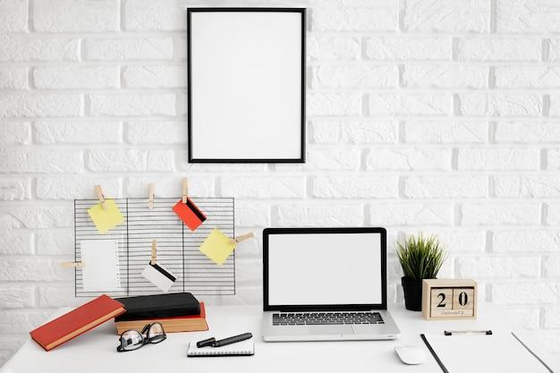 Vista frontal da mesa de escritório com laptop
