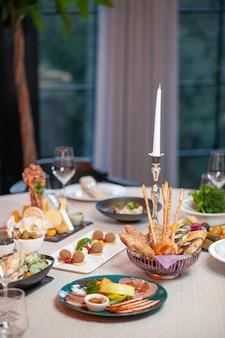 Vista frontal da mesa de jantar em restaurante durante o dia prato de comida noite café cozinha cozinha