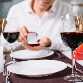 Vista frontal da mesa de jantar romântica