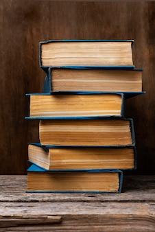 Vista frontal da mesa de madeira com livros empilhados