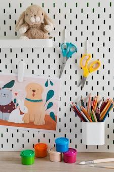 Vista frontal da mesa infantil com organizador e lápis