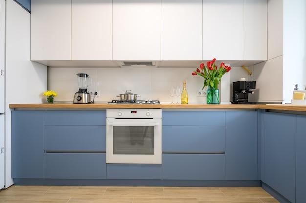 Vista frontal da mobília interna da cozinha moderna em azul