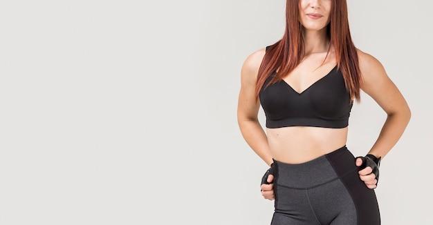 Vista frontal da mulher atlética posando com espaço de cópia
