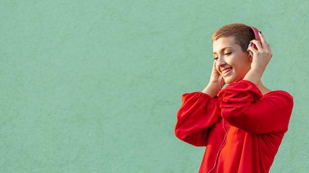 Vista frontal da mulher bonita com espaço de cópia