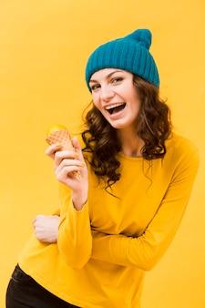 Vista frontal da mulher bonita com sorvete