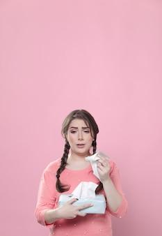 Vista frontal da mulher chorando e segurando guardanapos com espaço de cópia