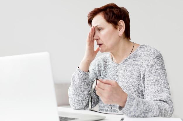 Vista frontal da mulher com ansiedade na mesa