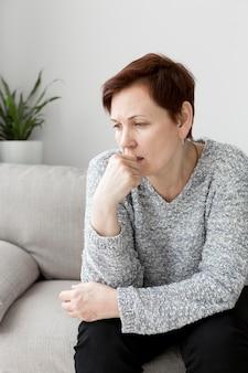 Vista frontal da mulher com ansiedade no sofá
