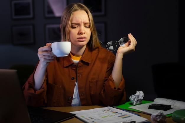 Vista frontal da mulher com café