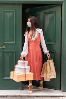 Vista frontal da mulher com conceito de sacolas de compras