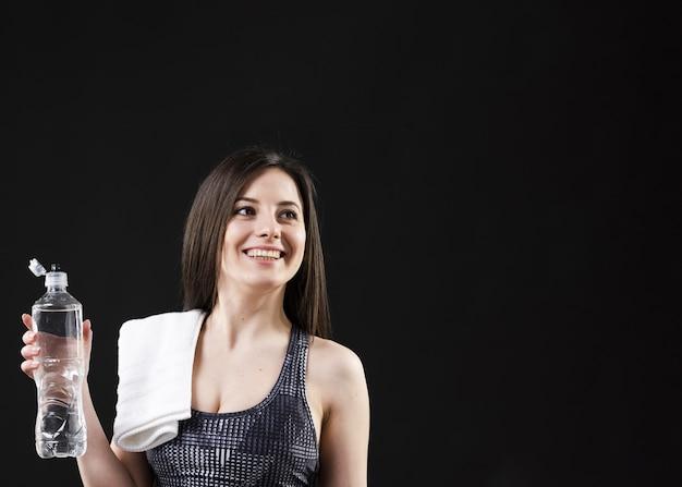 Vista frontal da mulher com espaço de cópia