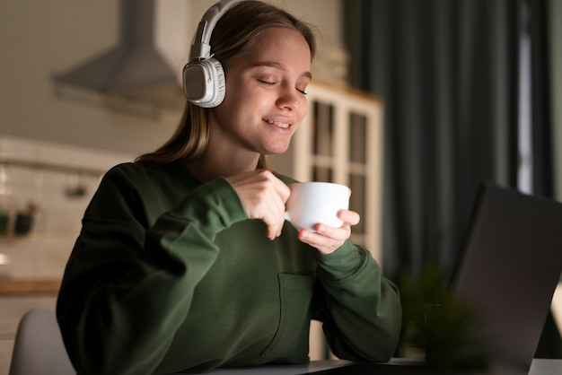 Vista frontal da mulher com fones de ouvido