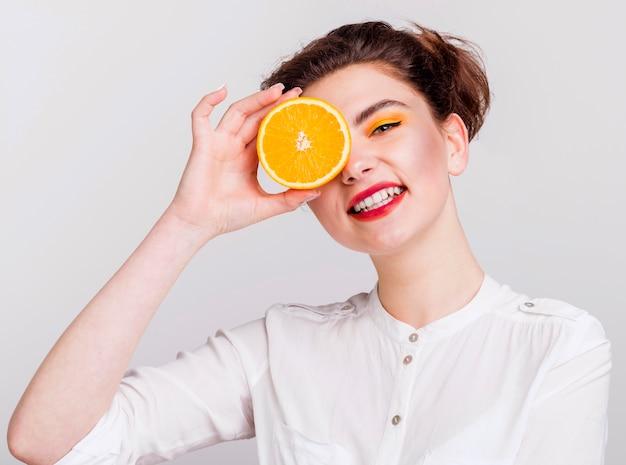 Vista frontal da mulher com laranja