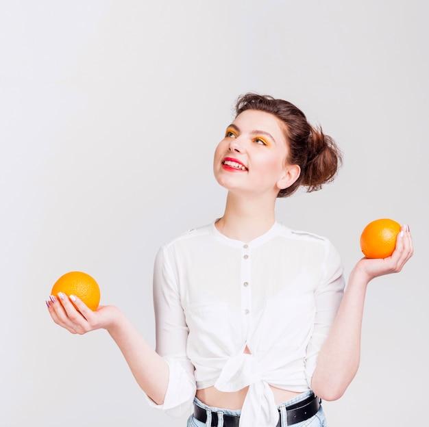 Vista frontal da mulher com laranjas