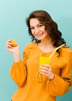 Vista frontal da mulher com limonada