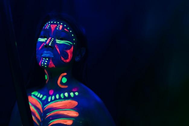 Vista frontal da mulher com maquiagem fluorescente