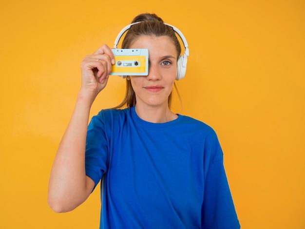 Vista frontal da mulher com o conceito de música