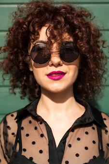 Vista frontal da mulher com óculos de sol
