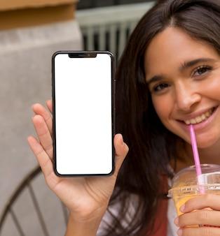 Vista frontal da mulher com smartphone e espaço de cópia