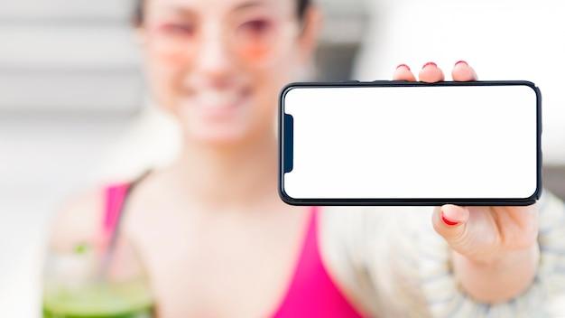 Vista frontal da mulher com smartphone