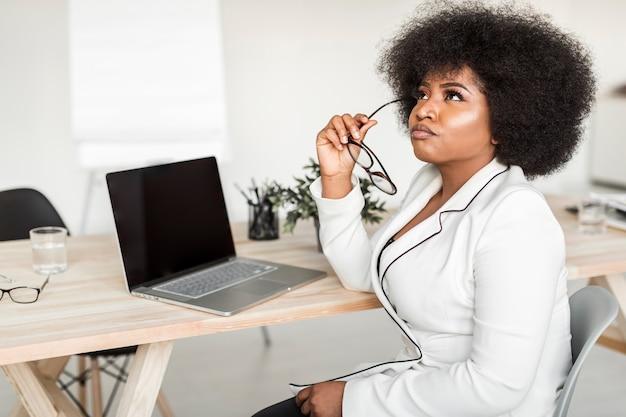 Vista frontal da mulher de negócios na mesa