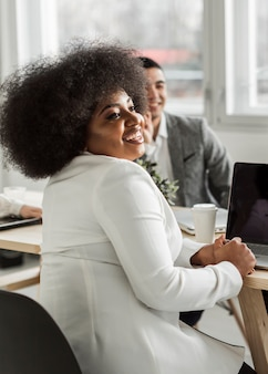 Vista frontal da mulher de negócios sorrindo