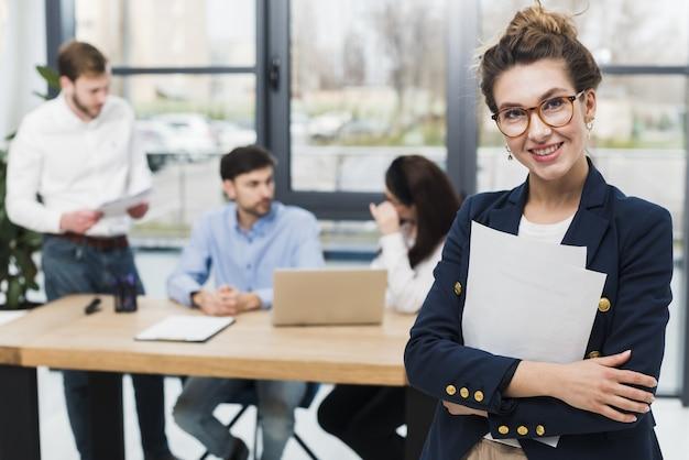 Vista frontal da mulher de recursos humanos posando no escritório