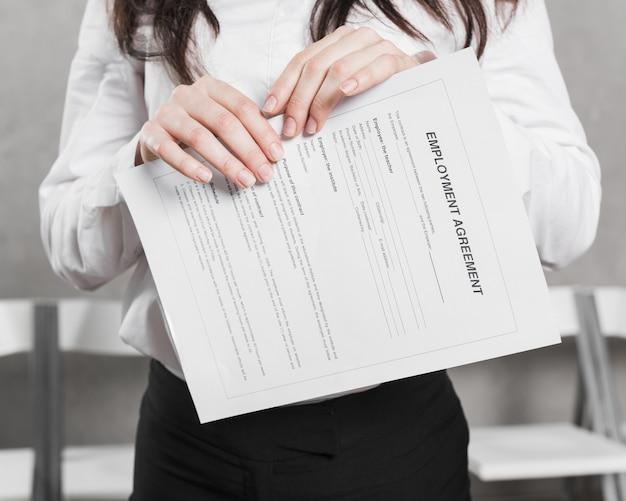Vista frontal da mulher de recursos humanos, segurando o contrato