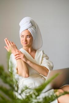 Vista frontal da mulher, desfrutando de um dia de spa em casa