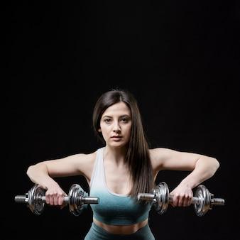 Vista frontal da mulher desportiva com espaço de cópia