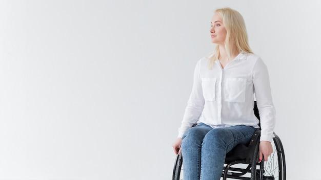 Vista frontal da mulher em cadeira de rodas com espaço de cópia
