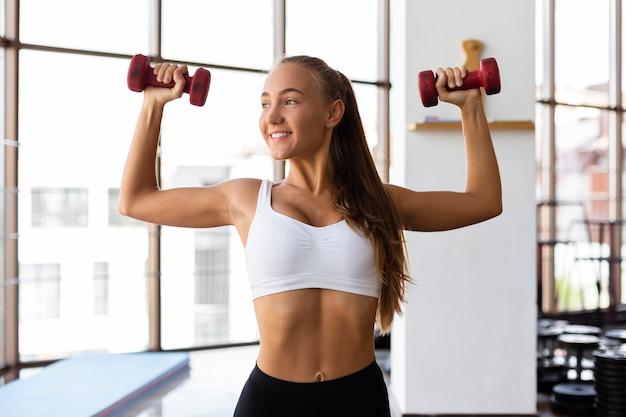 Vista frontal da mulher exercitando