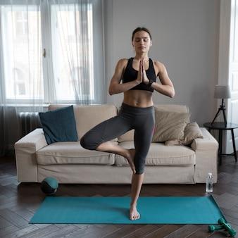 Vista frontal da mulher fazendo yoga