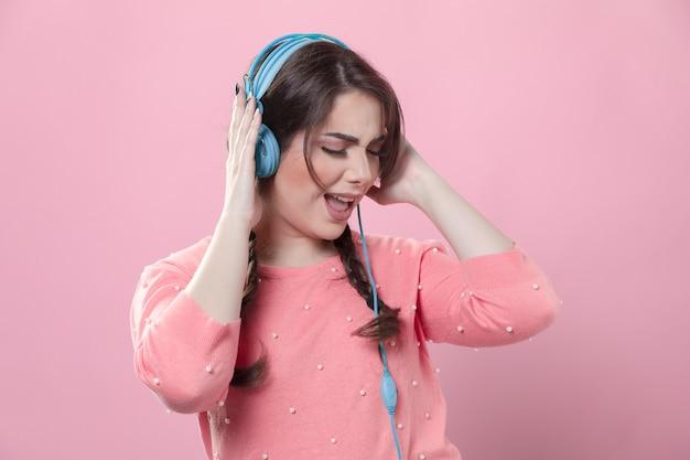 Vista frontal da mulher gostar de ouvir música em fones de ouvido