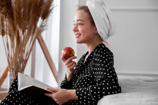 Vista frontal da mulher lendo