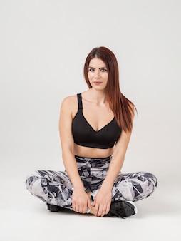 Vista frontal da mulher posando em athleisure