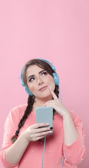 Vista frontal da mulher posando enquanto segura o telefone e o dedo como se estivesse pensando