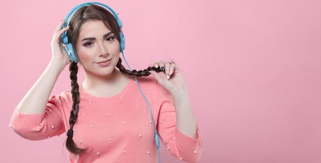 Vista frontal da mulher posando enquanto usava fones de ouvido com espaço de cópia