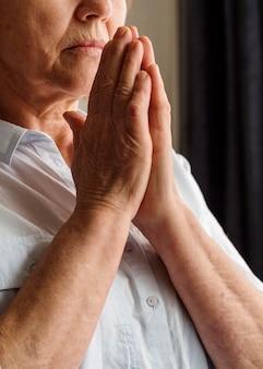 Vista frontal da mulher rezando