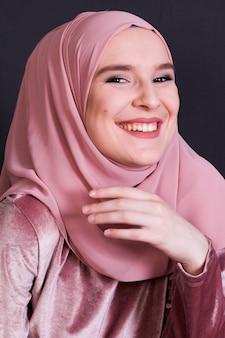 Vista frontal da mulher rindo em pano de fundo preto