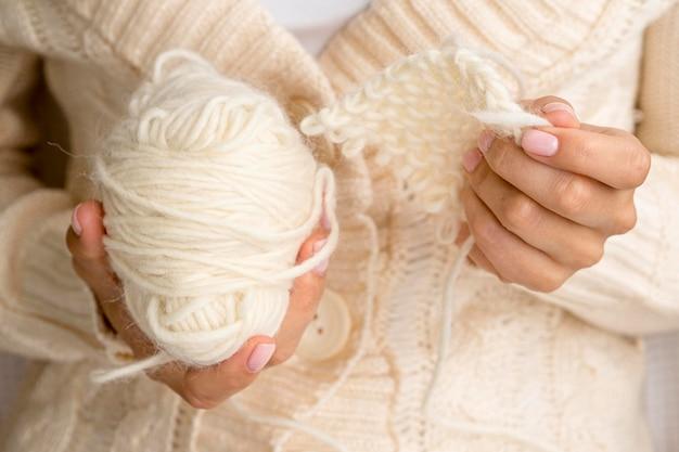 Vista frontal da mulher segurando o fio