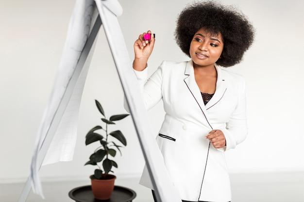 Vista frontal da mulher segurando uma apresentação