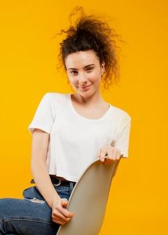 Vista frontal da mulher sentada na cadeira