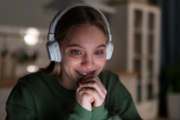 Vista frontal da mulher sorridente com fones de ouvido