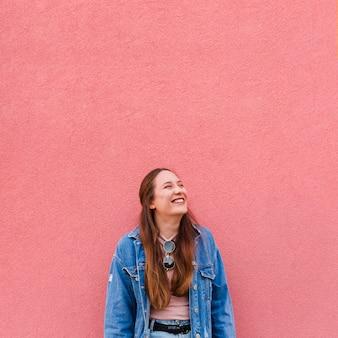 Vista frontal da mulher sorridente posando com espaço de cópia