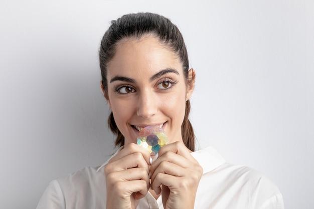 Vista frontal da mulher sorridente segurando diamante