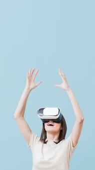 Vista frontal da mulher usando fone de ouvido de realidade virtual com espaço de cópia