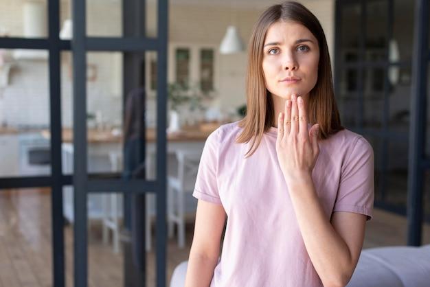 Vista frontal da mulher usando linguagem gestual