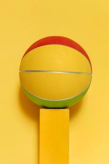 Vista frontal da nova bola de basquete no pedestal